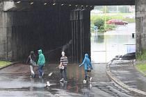 Voda zaplavila železniční podjezd. Doprava musela být odkloněna.