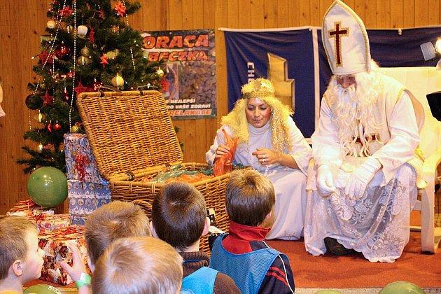 Mikuláš s andělem a čertem rozdali dětem balíčky sladkostí.