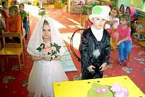 """Dvojice dětí z mateřské školy si vyzkoušela, jaké to je stát """"před oltářem""""."""