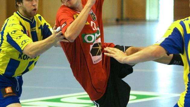Ondřej Šulc (s míčem) pálí na bránu soupeře. Házenkáři Karviné pokračují v letní přípravě.