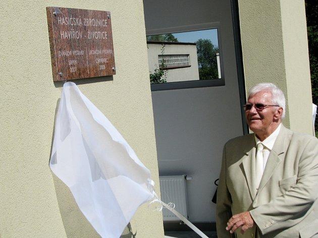 Primátor Havířova František Chobot odhaluje desku na nové zbrojnici
