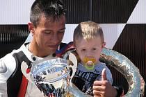 Michal INDI Dokoupil věnoval vybojovaný vítězný pohár ženě a synovi tragicky zemřlého Adriana McFarlanda.
