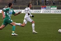 Antonín Presl (v bílém) uniká obraně Bohemians. V závěru podzimu se dostal do základu trenéra Kuly.