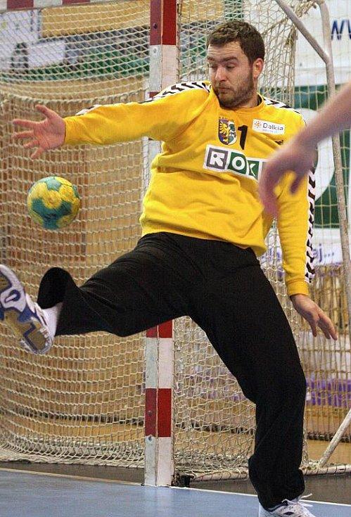 Brankář Karviné Lubomír Drápal v akci.