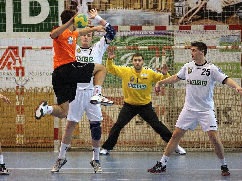 Házenkáři Karviné (v bílém) zdolali v derby Frýdek-Místek.