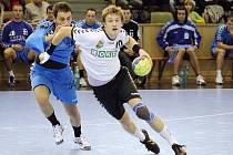 Ondřej Šulc (v bílém) uniká Cristianu Fenicimu v utkání 2. kola Poháru EHF. Baník vyhrál nad Resitou z Rumunska o gól, nicméně vypadl.
