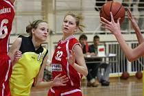 Štíhlounká Kristýna Minarovičová (ve žlutém) se dokáže mezi soupeřkami protáhnout k bodové akci jako úhoř.