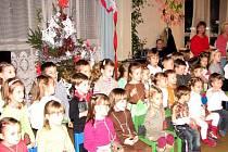 Dětský sbor zazpíval směs vánočních písniček.