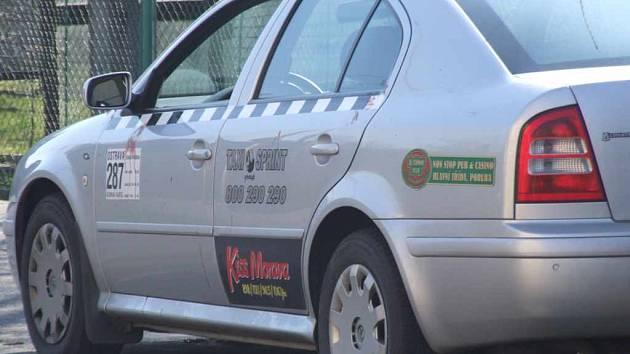 V tomto autě byl zavražděn ostravský taxikář. Na dveřích jsou viditelné stopy od krve.