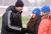 Fanynky Baníku Kamila a Tereza (zcela vpravo) přejí René Bolfovi hodně úspěchů v další kariéře.