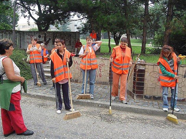 Nezaměstnaní pracují pro radnice.