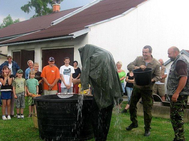 Mladí členové bohumínského klubu Racek podstoupili křest – pasování na rybáře.