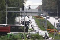 Kolona vozidel jedoucích z centra Havířova na rondel