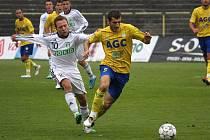 Karvinští fotbalisté (v bílém) se proti Teplicím snažili, ale celkově na soupeře neměli.