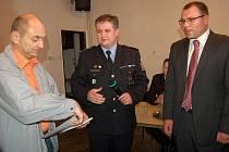 Vladislav Suchanek (vlevo) přijímal gratulace od zástupců města, policie i jeho známých.