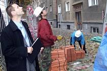 Ilustrační foto. Petr Handl z RPG si prohlíží průběh opravy domu v centru Havířova.