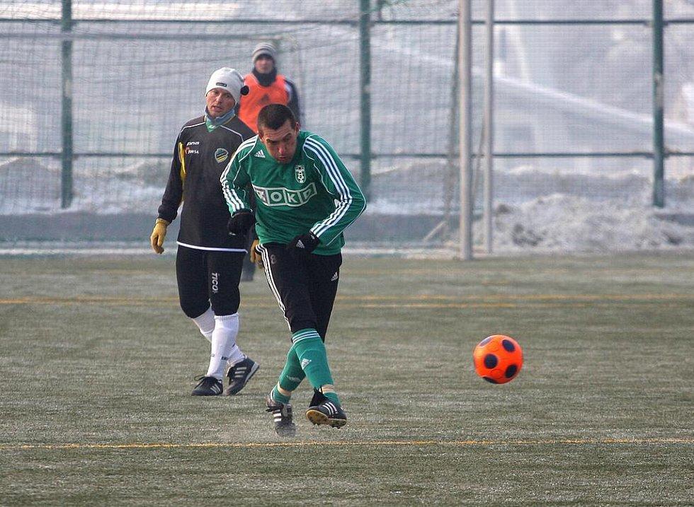 Fotbalisté Karviné (v zeleném) v přípravném duelu s Poláky.