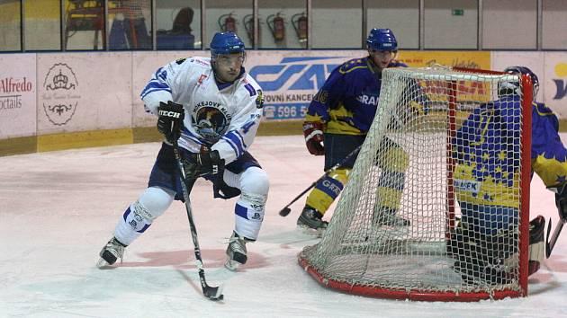 Hokejisté Orlové si na vlastním ledě poradili se Šternberkem a vyšvihli se na druhé místo v tabulce. Na snímku vede kotouč orlovský Kotásek.
