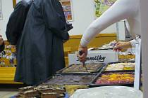 V Misijní kavárně v českotěšínské farnosti se uplynulou neděli prodávaly koláče a výtěžek z jejich prodeje poputuje na Papežská misijní díla na celém světě.