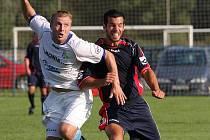 Pavel Šuster z Petrovic (vlevo) svým gólem rozhodl o výhře Lokomotivy.