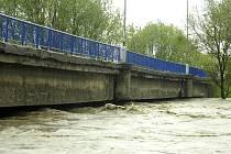 Rozvodněná Olše natušila statiku mostu na Ostravské ulici, což si vyžádalo opatření