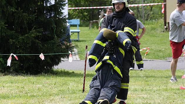 Dobrovolní hasiči si v sobotu vyzkoušeli ve Stonavě, jak jsou na tom s fyzickou zdatností. Probíhala tam totiž soutěž s názvem Železný hasič.