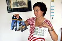 Mluvčí havířovské radnice Jana Pondělíčková ukazuje propagační materiály města na rok 2008.