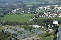 Tato plocha bývalých skleníků je určena k budování obchodní zony