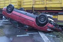 Osobní automobil přerazil semafor a převrátil se na střechu.
