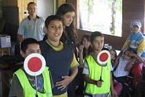 Děti ze sociálně slabých rodin si užili pár dní v přírodě v Dolní Lomné. Navštívili je i karvinští strážníci, aby jim ukázali něco ze své práce.