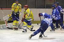 Orlovští hokejisté (v modrém) si doma poradili s Břeclaví.