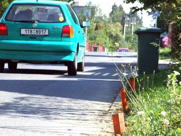 Ocelové kolíky z blízkosti cesty musí být odstraněny.
