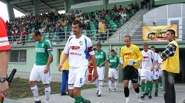 Kapitáni obou mužstev přivádí hráče na trávník.