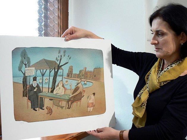 Komisařka výstavy Irena Adamczyk s grafikou Adolfa Borna z roku 2009 nazvanou Karetní partie v Řecku.