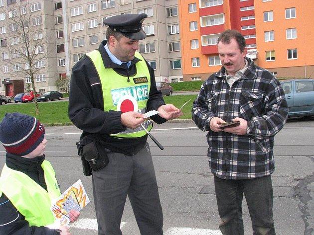 Děti opět společně s policisty děkovaly řidičům, že přes sídliště kolem jejich školy jezdí opatrně