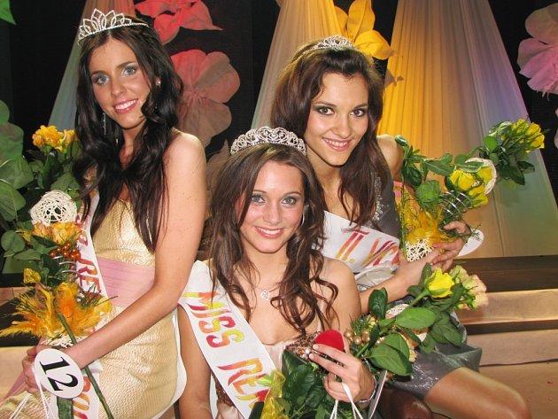 Vítězná trojice. Uprostřed nová Miss Reneta Lenka Látalová, vlevo druhá Lucie Vitoslavská a vpravo třetí Lucie Klukavá.