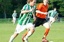 Karvinští fotbalisté (na snímku v pruhovaném Juroszek) si zahrají druhou ligu. Znojmo má smůlu.