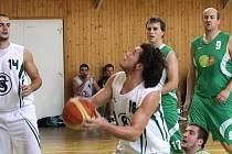 Karvinští basketbalisté (v bílém) si v druhé lize drží vyrovnanou bilanci. Naposledy porazili doma výrazně Šumperk.
