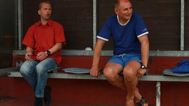Dětmarovický trenér Petr Czyž (vlevo) se mohl v sobotu fotbalem a výkonem svých hráčů skutečně bavit.