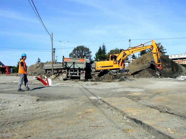 Stavbaři se v těchto dnech zabývají terénními pracemi přímo uprostřed budoucí okružní křižovatky.