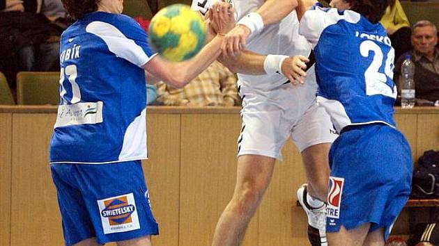 Házenkáři Karviné (v bílém Sliwka) porazili v poháru Polanku a jdou dál.