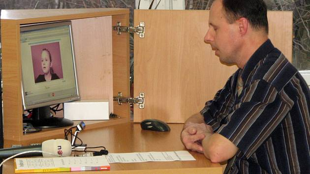 Základní škola Mládežnická představila veřejnosti výuku českého jazyka na dálku, pomocí internetového přenosu. Tuto možnost nyní využívají dva žáci, kteří dlouhodobě žijí v zahraničí.