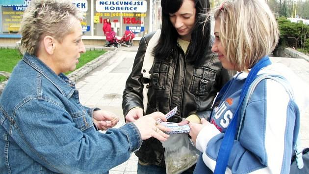 Lidé příspívali penězi v rámci Sluníčkového dne.