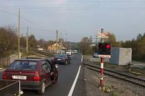 Někteří řidiči na přejezdu červenou ignorují.