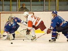 Orlovští hokejisté (v modrém) v Opavě vyhráli.