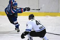 Vladimír Luka (v modrém) pálí přes havířovského Jana Danečka v prvním vzájemném utkání.