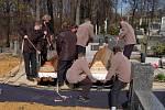 Pohřeb obětí čtyřnásobné vraždy v Petřvaldě