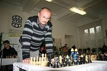 Petr Vícha šachům rozumí. Každoročně hraje například simultánku se studenty.