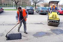 Do oprav rozbitých cest se díky teplému počasí mohli pustit silničáři i na Karvinsku.
