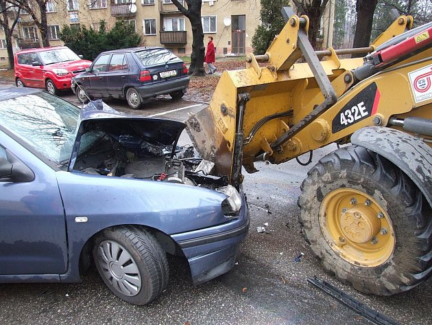 Nehoda osobního auta s traktorem